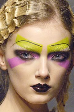John Galliano Fall Winter 2005-2006 close-up | Source : style.com